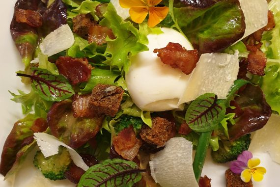 bistrot salad with wine